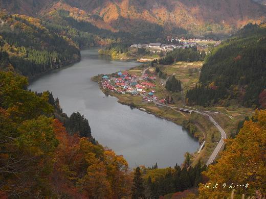 秋色の川沿いを走る只見線.jpg